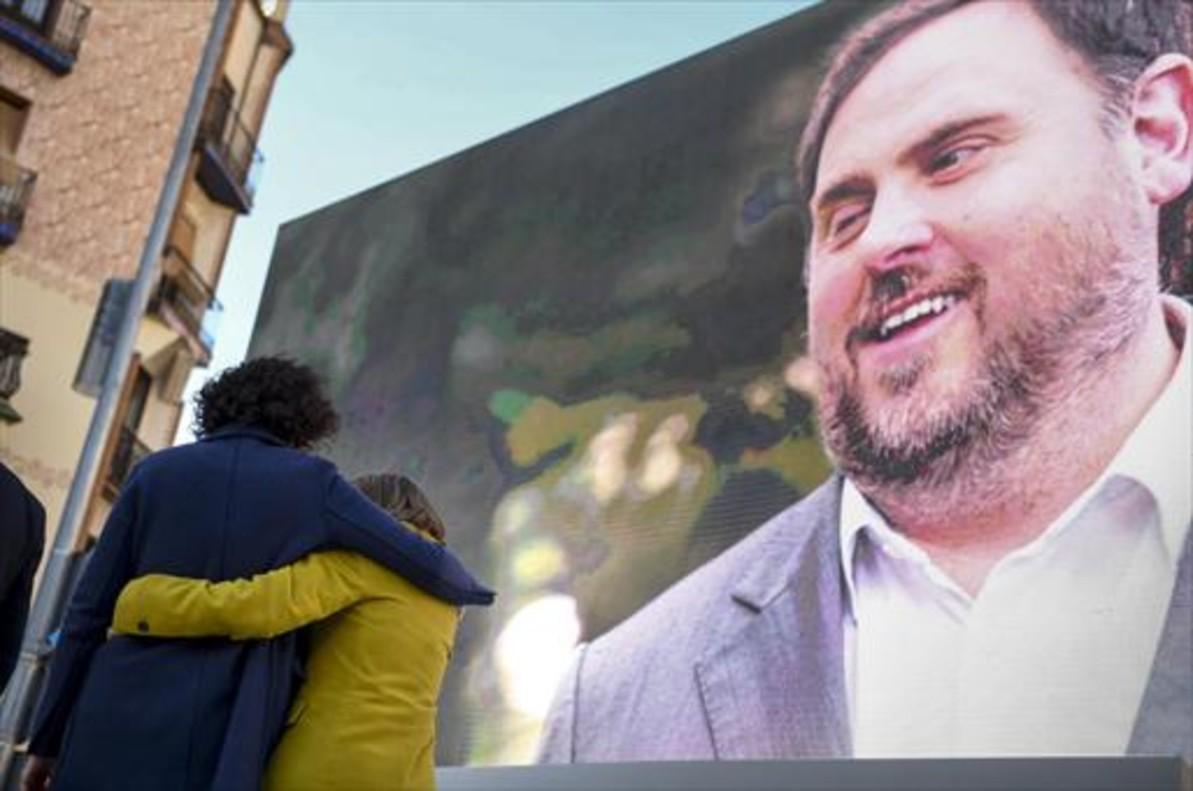 Marta Rovira se abraza a la también candidataCarme Forcadell bajo la mirada de Oriol Junqueras desde la pantalla, en el acto central en el Born.