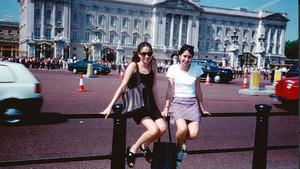 Meghan y una amiga, ante el palacio de Buckingham, cuando tenía 15 años.