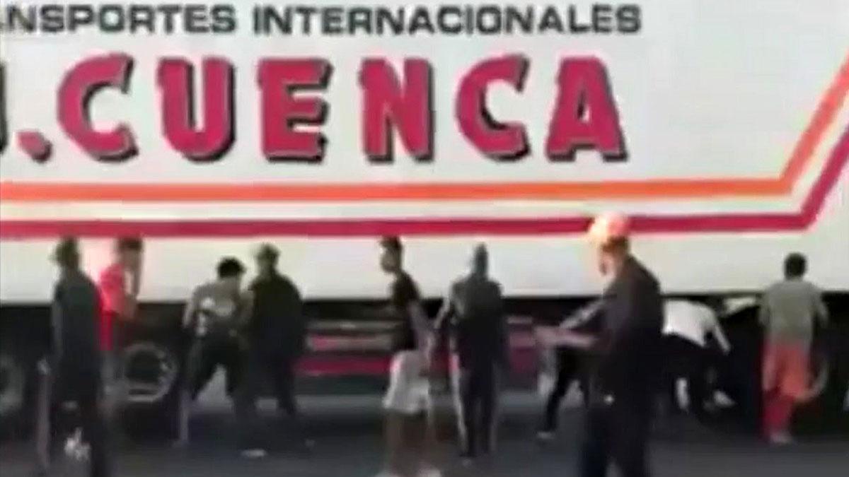 Numerosos menas abordan un camión en Nador (Marruecos), tratando de coger sitio para pasar a territorio español.