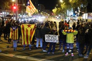 Unos CDRcortando la avenida Meridiana de Barcelona.
