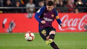 Messi lanza la falta que supuso el 4-3 al Villarreal.