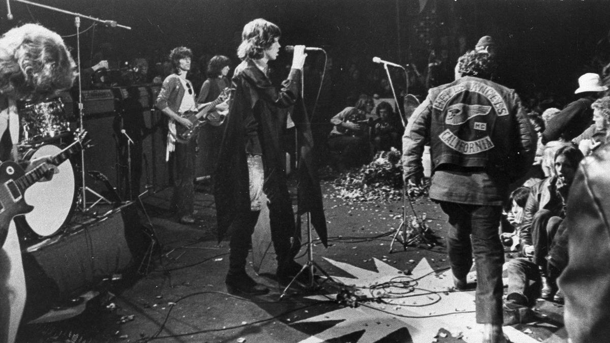 Mick Jagger, en Altamont (California) en 1969, con los Ángeles del Infierno encargados de la seguridad.