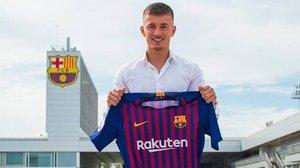 Mike van Beijnen posa con la camiseta del Barça tras firmar su contrato el pasado 21 de junio.