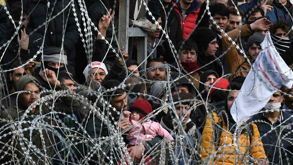 Miles de migrantes esperan para entrar en Grecia desde Turquía. En la foto, la frontera enPazarkule.