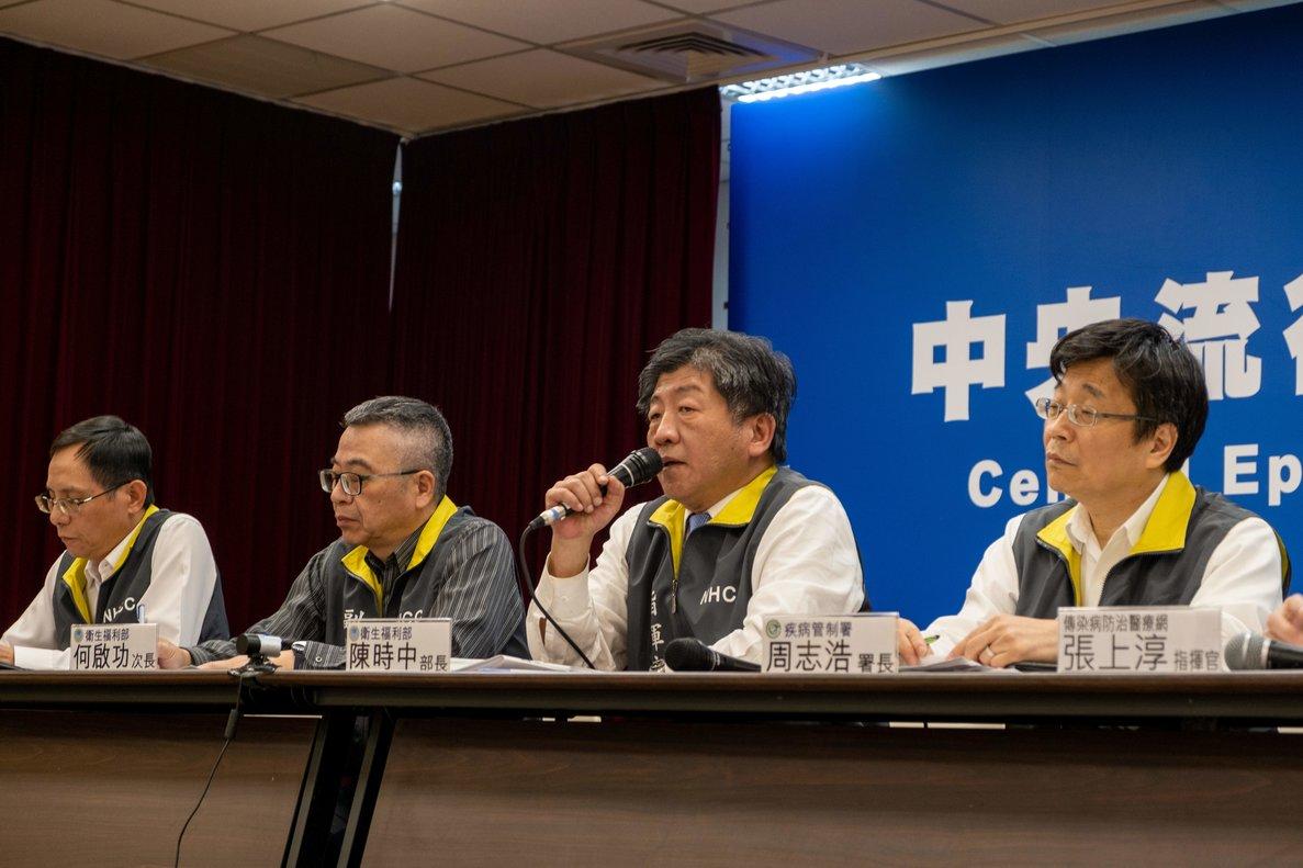 El ministro de Sanidad de Taiwán, Chen Shih-chung (segundo por la derecha), en rueda de prensa.
