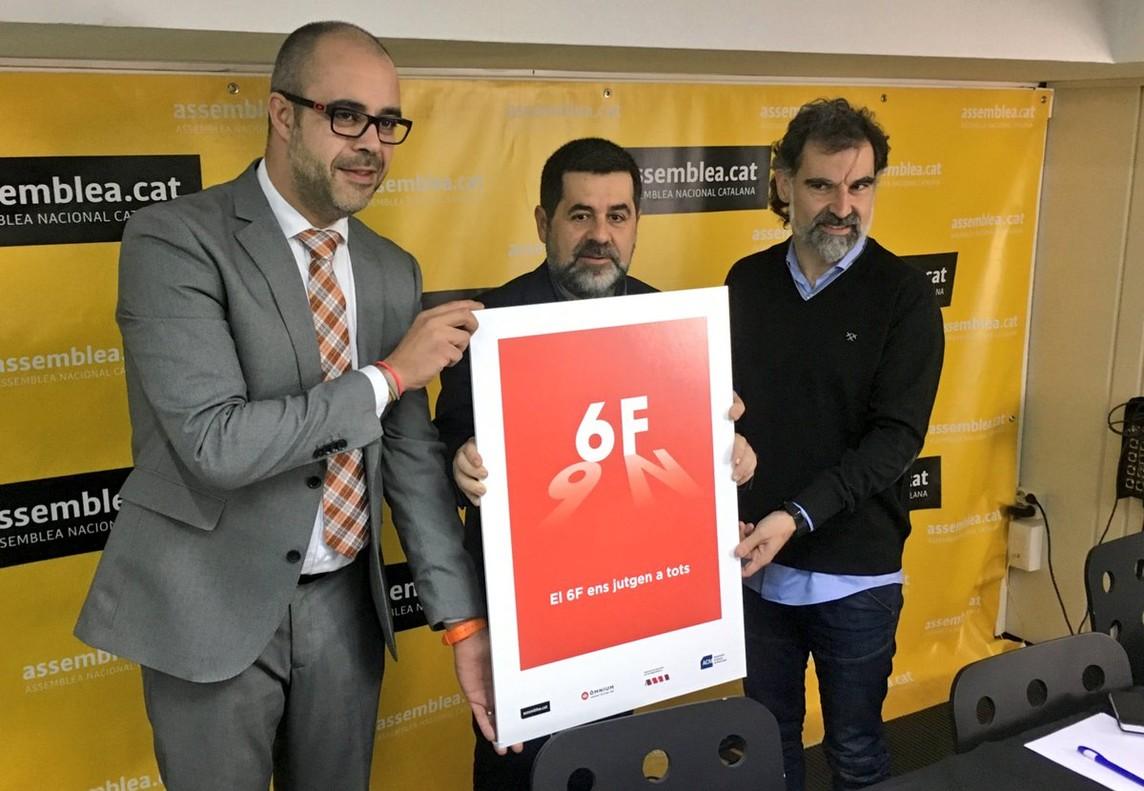 Miquel Buch (ACM), Jordi Sànchez (ANC) y Jordi Cuixart (Òmnium) presentan el cartel de la movilización contra el juicio a Artur Mas.