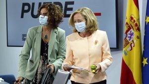 La ministra de Hacienda, María Jesús Montero, y la vicepresidenta económica, Nadia Calviño, en larueda de prensa posterior al Consejo de Ministros del 6 de octubre.