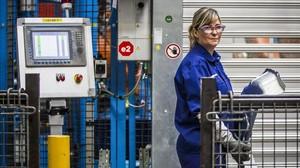 Mujer trabajando en una factoría Ford de Valencia