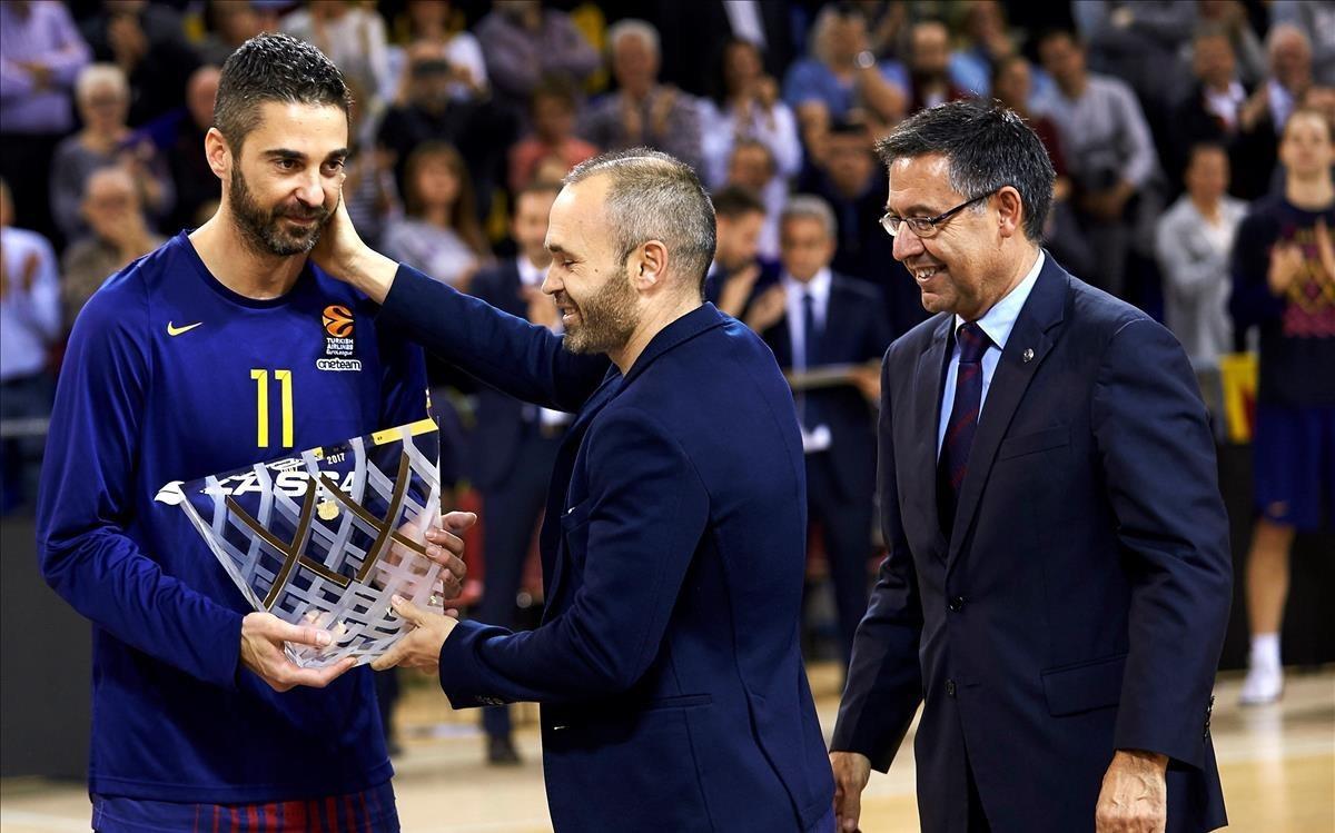 Navarro recibe una placa de manos de Iniesta y el presidente Bartomeu durante el homenaje por sus 20 años como azulgrana a finales del 2017