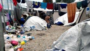 Un niñase encuentra entre las carpas en un campamento improvisado fuera del campamento de migrantes Moria en la isla de Lesbos
