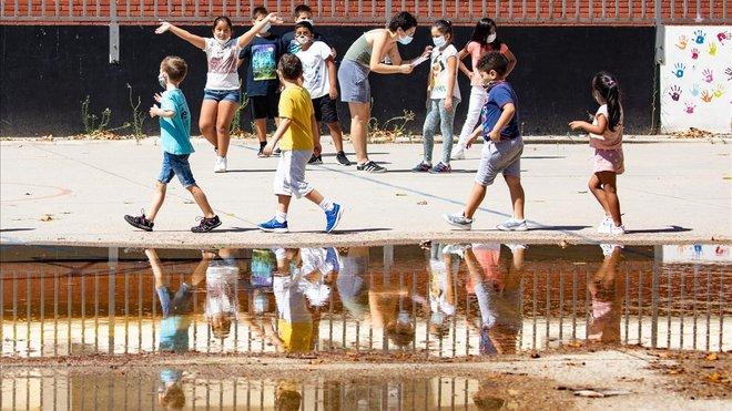 Niños en el 'casal' abierto en la Escuela SEAT de la Marina, este lunes.