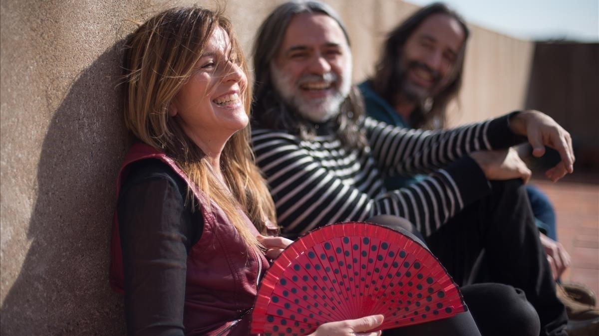 La periodista Núria Martorell posa con losproductores Santos &Fluren.