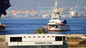 El Open Arms llega al puerto de San Roque, en Cádiz, este jueves, con 87 inmigrantes a bordo.