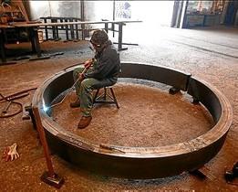 Un operario realiza trabajos de soldadura en una firma metalúrgica.