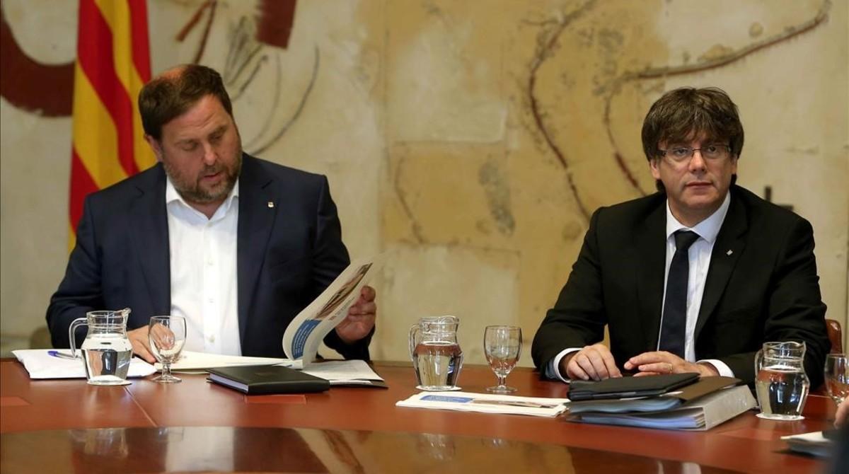 El 'president' Carles Puigdemont y el vicepresidente Oriol Junqueras, en una reunión del Consell Executiu.