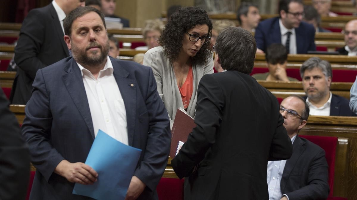 Oriol Junqueras junto a Marta Rovira y Carles Puigdemont durante una sesión de control en el Parlament.