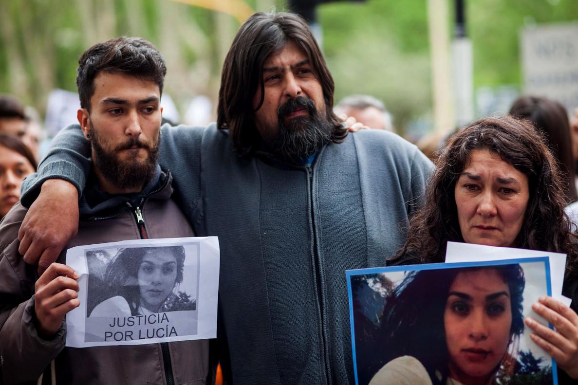 Los padres de Lucía Pérez, Guillermo Pérez (c) y Marta Montero (d), durante una marcha en Mar del Plata (Argentina) en repudio al asesinato de su hija en esta localidad costera.