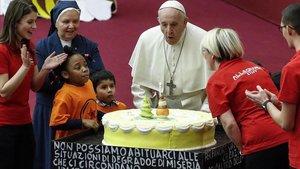 El Papa celebra con una tarta su 82º cumpleaños.