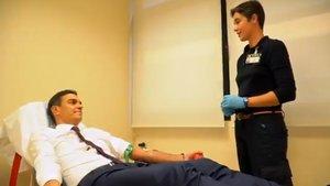 Pedro Sánchez, en un momento de la transfusión, con una enfermera