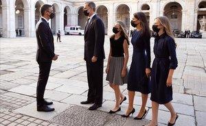 Pedro Sánchez recibe a la familia real a su llegada al Palacio Real.