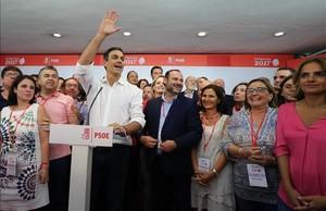 Pedro Sánchez celebra con sus seguidores la victoria en las primarias del PSOE.