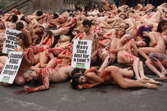 Perfomance de activistas animalistas en contra del uso de pieles de animales, este domingo en el centro de Barcelona.