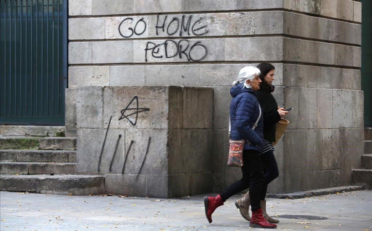 Pintadas contra Pedro Sánchez en la Llotja de Mar.