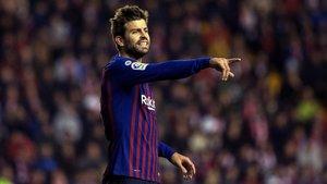 Piqué da instrucciones durante el Rayo-Barça en Vallecas.