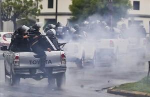 Policías y paramilitares se enfrentan a los estudiantes que protestan hace meses en Nicaragua contra del presidente, Daniel Ortega.