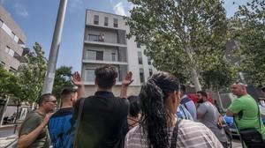 Presencia de vecinos ante uno de los pisos ocupados en la Mina.