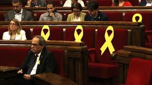 El president Quim Torra junto a las bancadas con los lazos amarillos.