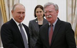 El presidente ruso , Vladimir Putin y el consejero de Seguridad Nacional norteamericano, John Bolton, durante la reunión que mantuvieron el pasado octubre en Moscú.