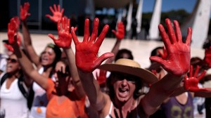 Protesta en Brasilia tras la múltiple violación de la adolescente en Río de Janeiro.