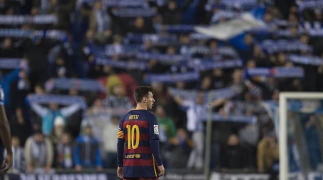 El público del Espanyol realiza cánticos ante Messi.