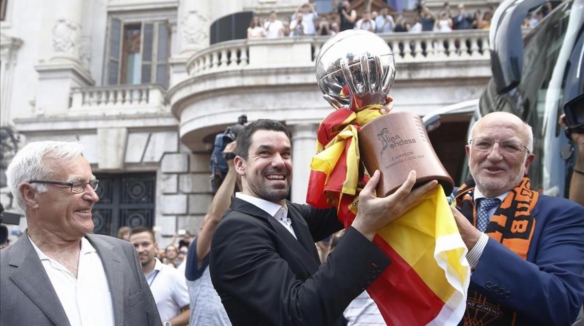 Rafa Martínez levanta la copa de la liga junto a Juan Roig (derecha), dueño del club, y Joan Ribó, alcalde de Valencia, este sábado.