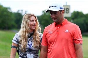 Rahm, sonriente junto a su esposa Kelley Cahill tras sellar su victoria