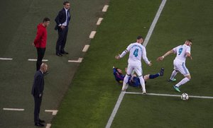 SergioRamos derriba a Messi en la banda ante la mirada de Valverde y Zidane durante elClasico jugado en mayo del 2018 en el Camp Nou.