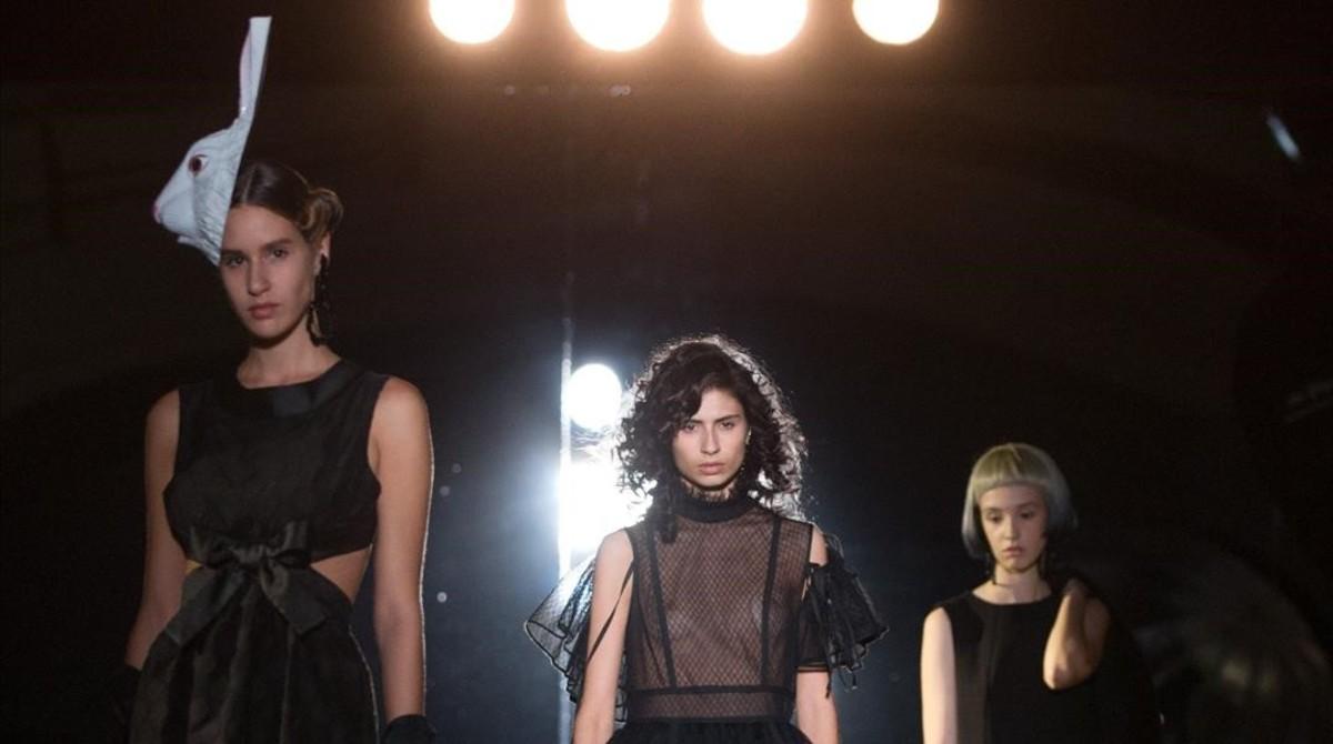 Una modelo luce un diseño de Manuel Bolaño, en la pasarela 080 Barcelona Fashion.