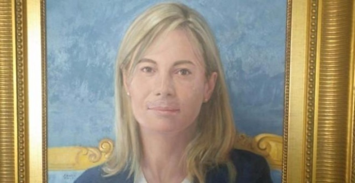 Pintan un bigote en el retrato oficial de Sonia Castedo en el Ayuntamiento de Alicante