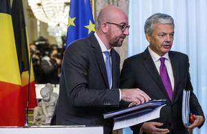 El primer ministro belga, Charles Michel (izquierda), y el ministro belga de Asuntos Exteriores, Didier Reynders, comparecen en una rueda de prensa tras una reunión de emergenciapara tratar de llegar a un entendimiento sobre la firma del acuerdo de libre comercio entre la Unión Europea y Canadá (CETA).