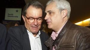 El expresident Artur Mas saluda al exconseller Germà Gordó en un acto del PDECat de Barcelona, el febrero pasado.
