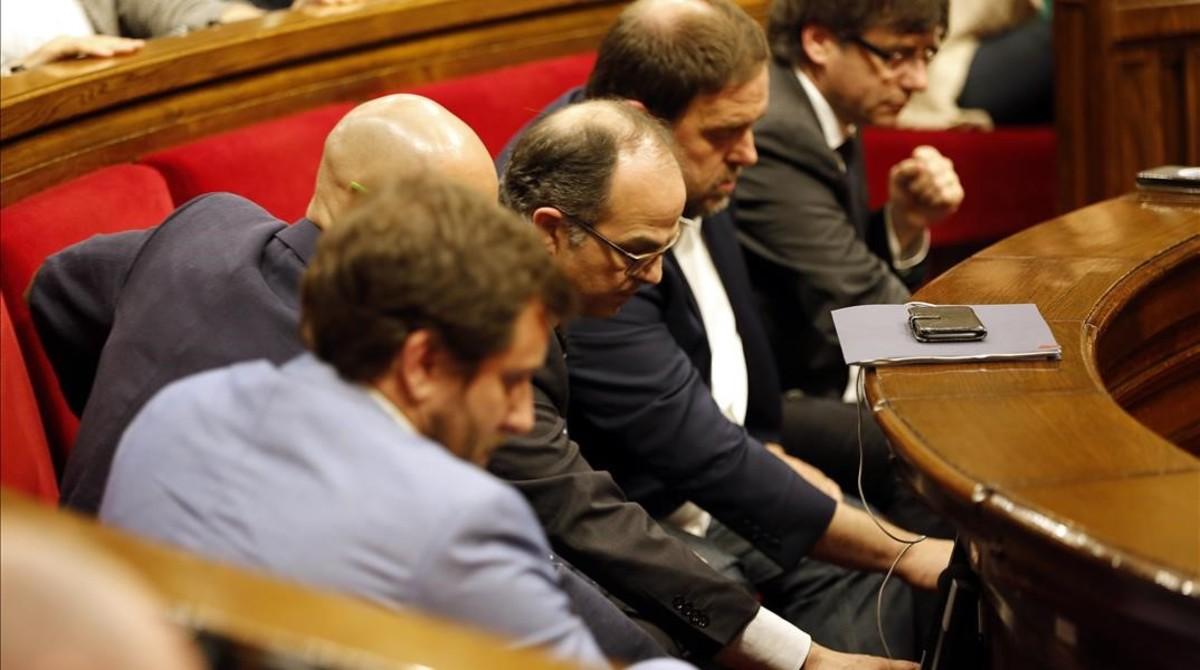 Los miembros del Govern votan a favor de la reforma del reglamento del Parlament, el 26 de julio pasado.