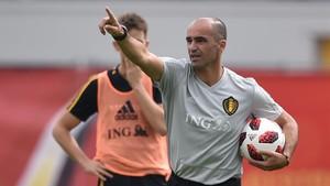 Roberto Martínez da instrucciones durante un entrenamiento de Bélgica.