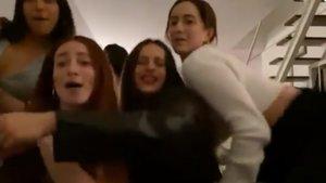 Rosalía, con sus círculo más íntimo de amigas, celebró el Fin de Año cantando 'El burrito sabanero'.