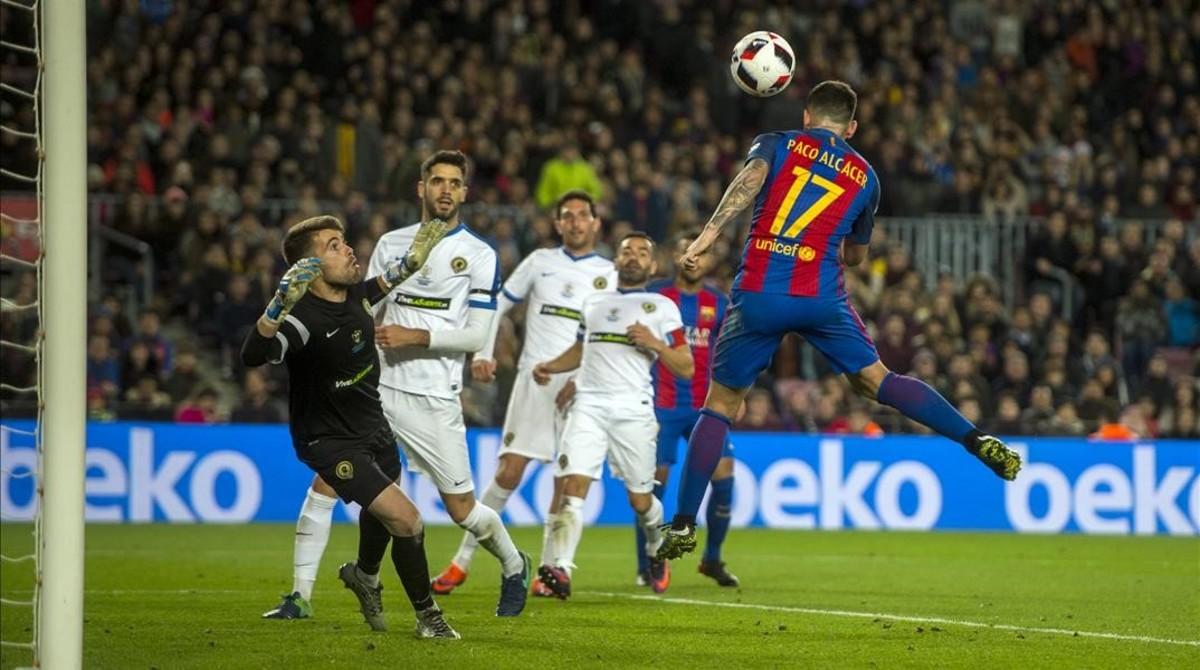 Alcácer cabecea el balón en la jugada que supuso su primer gol con el Barça en partido oficial.
