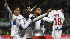 Fekir muestra su camiseta después de marcar el quinto gol del Lyón.
