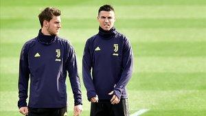Rugani, en un entrenamiento de la Juventus junto a Cristiano Ronaldo.