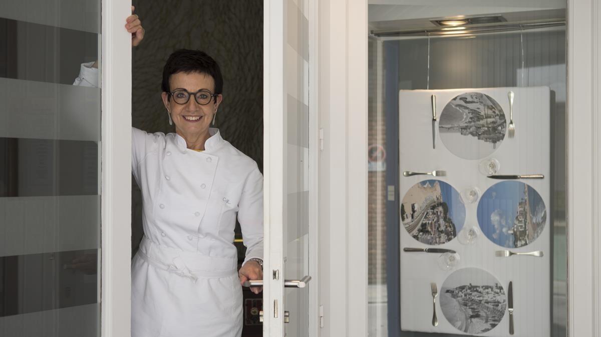 Carme Ruscalleda, en la puerta del restaurante Sant Pau, en Sant Pol de Mar.