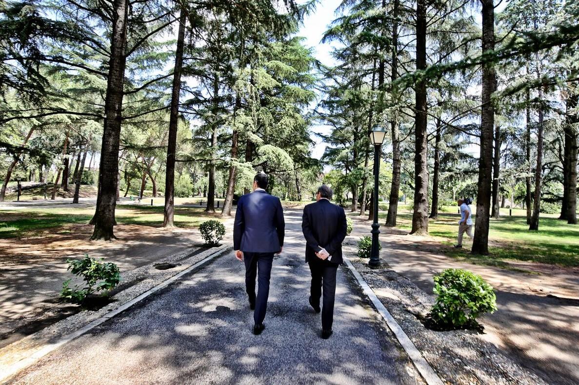 Sánchez y Torra pasean por los jardines de la Moncloa después de la reunión.