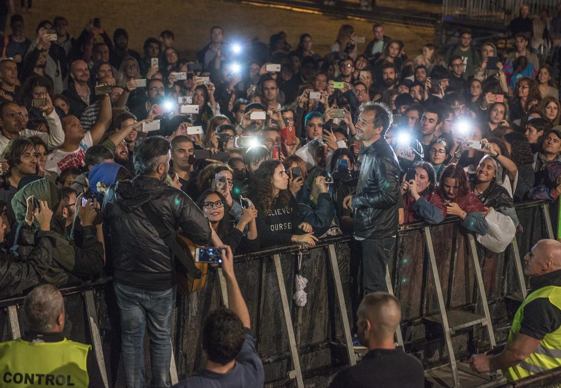 Santi Balmes y Julian Saldarriaga de Love of Lesbian bajan a pie de escenario para interpretar un par de temas para el público que esperó bajo la lluvia.